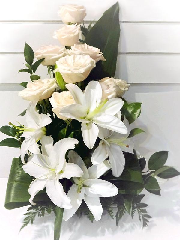 Centro Rosas Vendela y Lilium blanco
