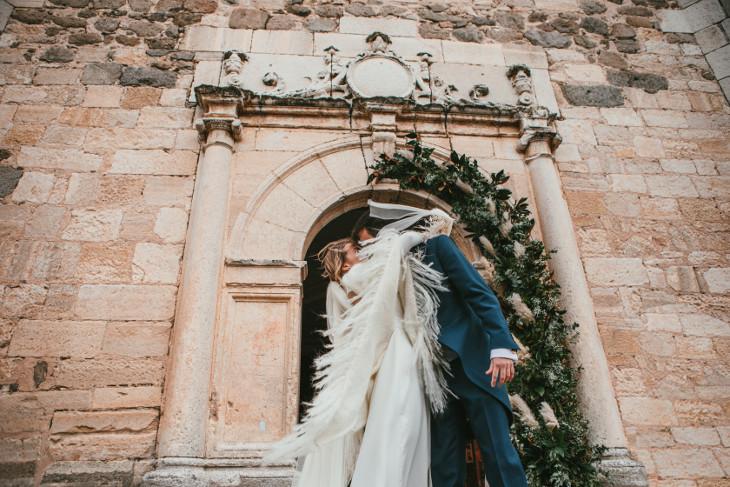 los novios el día de su boda a la salida de la iglesia